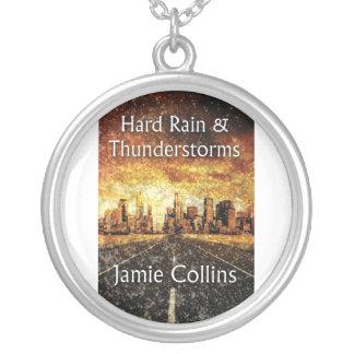 Lluvia dura y collar redondo de las tempestades de