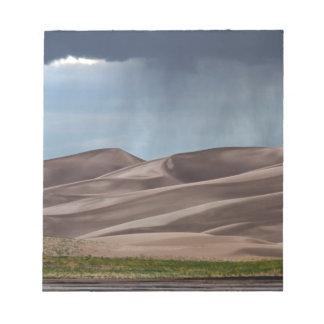 Lluvia en las grandes dunas de arena blocs