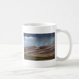 Lluvia en las grandes dunas de arena taza clásica