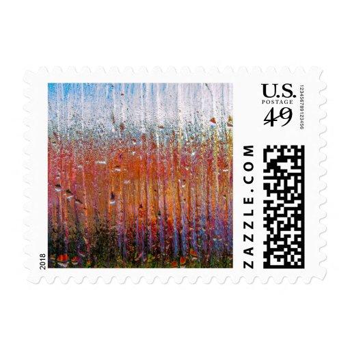 Lluvia sobre el vidrio con colores bonitos sellos