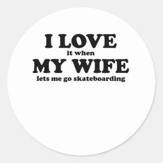 Lo amo cuando mi esposa me deja ir a andar en etiquetas redondas