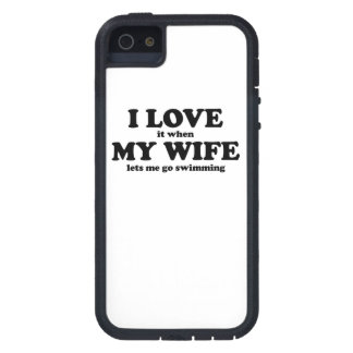 Lo amo cuando mi esposa me deja ir a nadar iPhone 5 Case-Mate funda