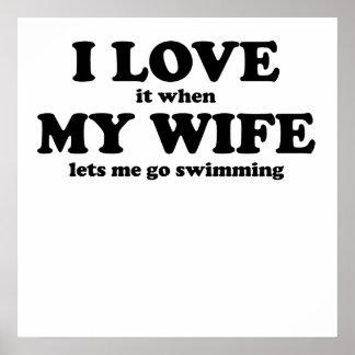 Lo amo cuando mi esposa me deja ir a nadar posters