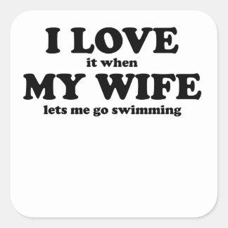 Lo amo cuando mi esposa me deja ir a nadar calcomanía cuadrada personalizada