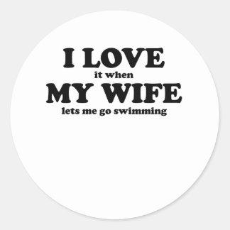 Lo amo cuando mi esposa me deja ir a nadar pegatina redonda