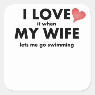 Lo amo cuando mi esposa me deja ir a nadar calcomanía cuadradas personalizada