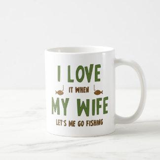 Lo amo cuando mi esposa me deja ir a pescar taza básica blanca