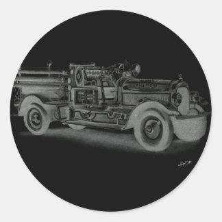 lo contrario dibujado mano del coche de bomberos d etiquetas redondas
