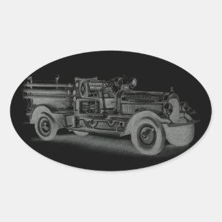 lo contrario dibujado mano del coche de bomberos pegatina ovalada