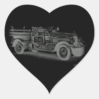 lo contrario dibujado mano del coche de bomberos pegatina en forma de corazón