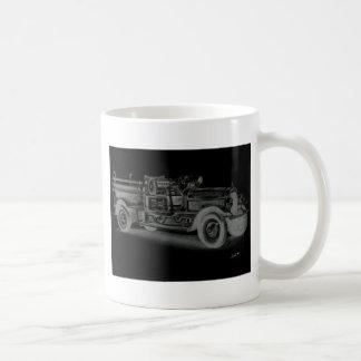 lo contrario dibujado mano del coche de bomberos taza básica blanca