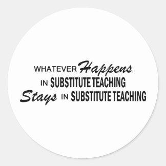 Lo que sucede - enseñanza substituta pegatina redonda