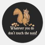 ¡Lo que usted lo hace, no toque las nueces! Pegatina Redonda