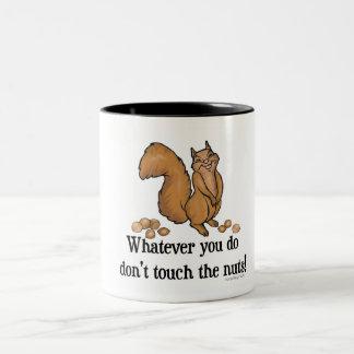¡Lo que usted lo hace, no toque las nueces! Taza Dos Tonos