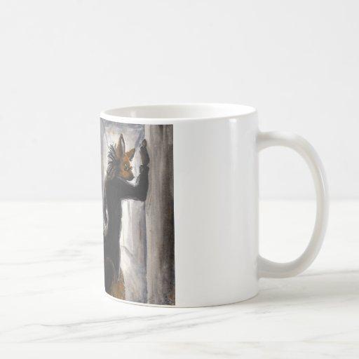 Lobo crinado de Anthro en capa de la matriz Taza Básica Blanca