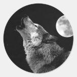 Lobo de BW que grita en la luna Pegatinas Redondas
