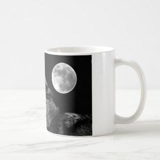 Lobo de BW que grita en la luna Taza De Café