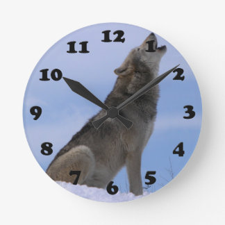 Lobo de madera de Alaska Reloj Redondo Mediano
