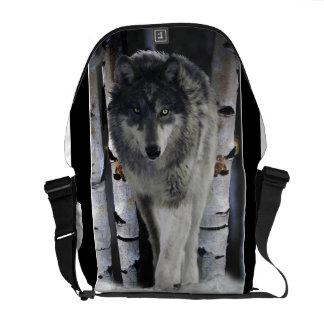 Lobo de madera en la bolsa de mensajero de la faun bolsas messenger