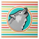 Lobo del grito en rayas brillantes del arco iris azulejo ceramica