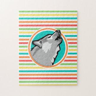 Lobo del grito en rayas brillantes del arco iris puzzle