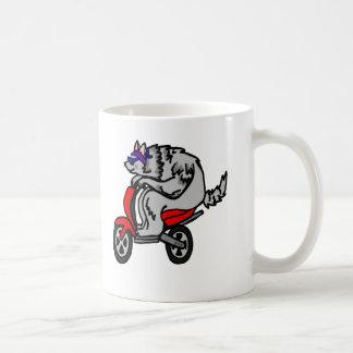 Lobo del inconformista en una vespa tazas de café
