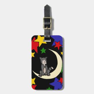 Lobo divertido que se sienta en arte de la luna etiqueta para maleta
