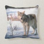 Lobo en almohada de tiro de la nieve