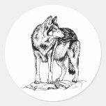 Lobo en bosquejo de las rocas pegatina redonda