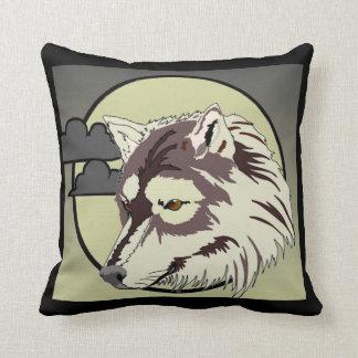 Lobo en el claro de luna almohada