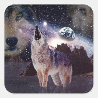 Lobo en la luna que grita en la tierra pegatina cuadrada