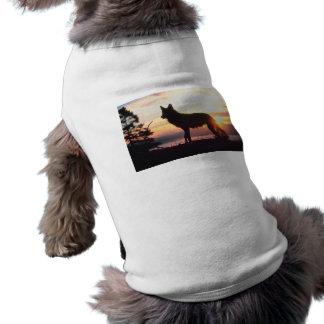 Lobo en la puesta del sol camiseta de mascota