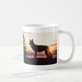 Lobo en la puesta del sol taza de café
