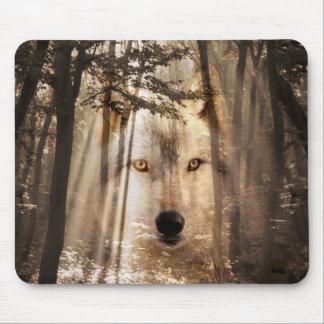 Lobo fantasmal en las maderas alfombrilla de ratón