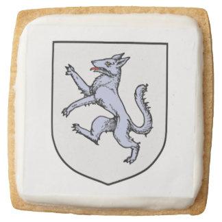 Lobo gris desenfrenado en un escudo blanco