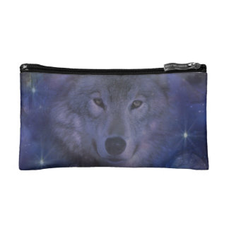 Lobo gris hermoso en el claro de luna