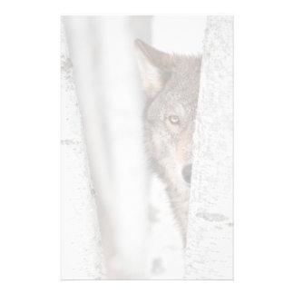 Lobo gris (lupus de Canis) detrás del árbol Papelería Personalizada