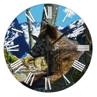 Lobo negro de la montaña que descansa por arte de  reloj redondo grande