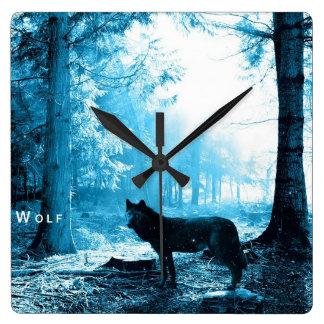 Lobo negro solamente en el bosque reloj cuadrado