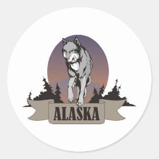 Lobo o coyote entre árboles de pino en Alaska Etiqueta