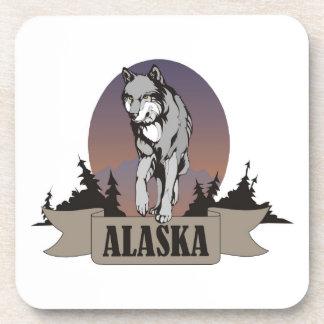 Lobo o coyote entre árboles de pino en Alaska Posavasos
