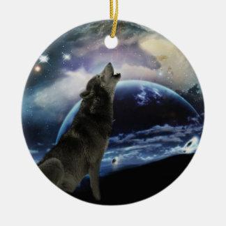 Lobo que grita en el árbol de navidad de la luna adorno navideño redondo de cerámica