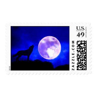 Lobo que grita en el franqueo de la luna