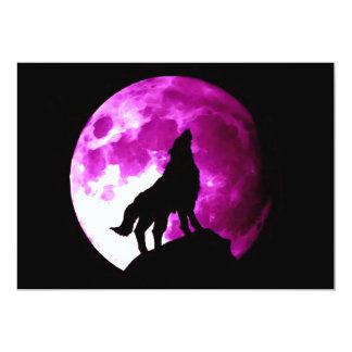 Lobo que grita en la invitación de la luna