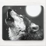 Lobo que grita en la luna alfombrilla de ratón