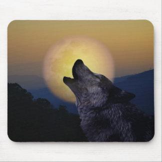 Lobo que grita en la luna alfombrillas de raton