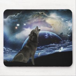 Lobo que grita en la luna alfombrillas de ratones