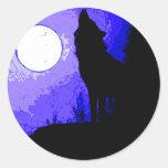 Lobo que grita en la luna etiqueta redonda