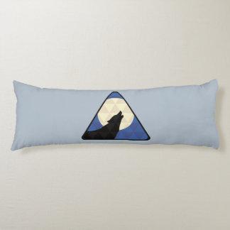 Lobo que grita en la luna grande con diseño del almohada de cuerpo entero