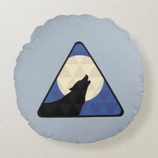 Lobo que grita en la luna grande con diseño del cojín redondo